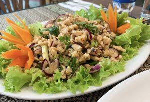 penyajian dengan daun salada